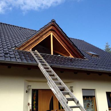 Fassade mit Holzelementen